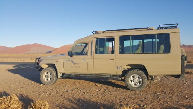 O melhor veículo para o passeio é um 4X4 com ar condicionado (à prova de poeira e calor)