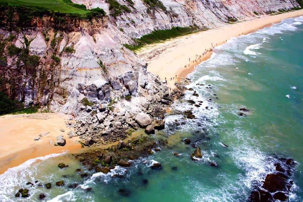 Vista aérea das falésias e do mar transparente da Praia do Taípe, Arraial d'Ajuda, Bahia