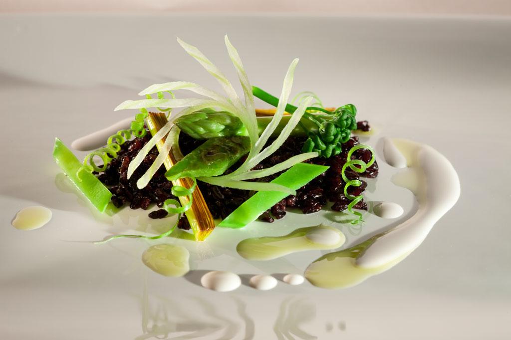Prato do chef Alex Atala, do D.O.M, de São Paulo: Arroz negro levemente torrado com verduras verdes e leite de castanha do Brasil