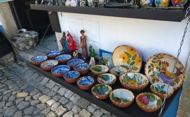 Pratos e figuras de cerâmica, vendidas nas lojas de artesanato na rua Direita (foto: Renata Hhirota)