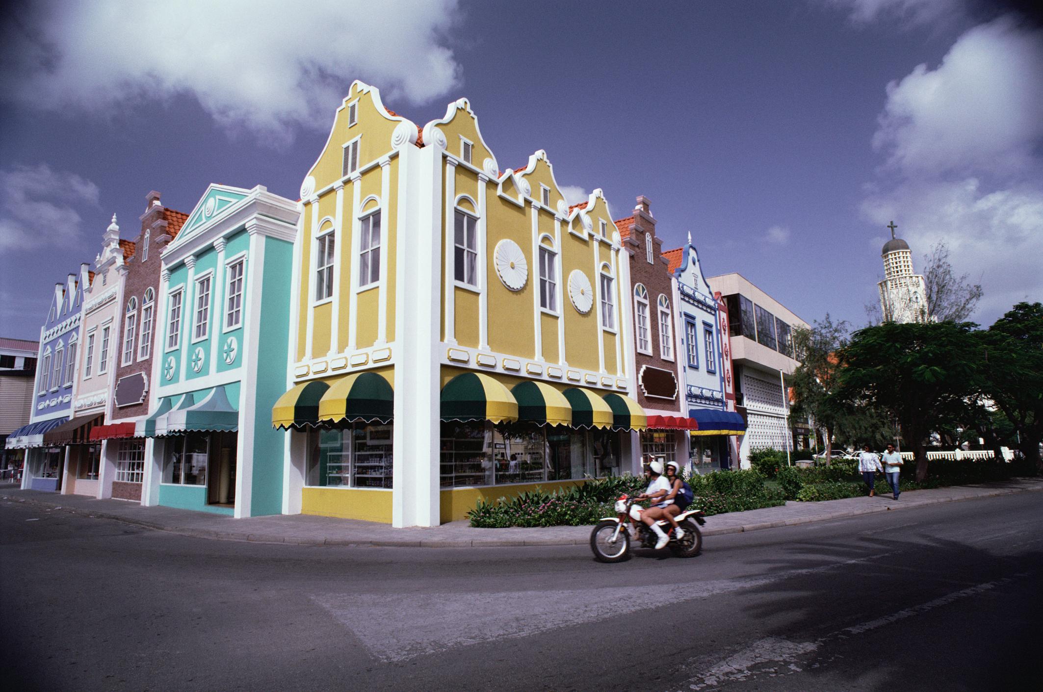 Prédios coloridos e influência holandesa na arquitetura de Oranjestad, capital de Aruba