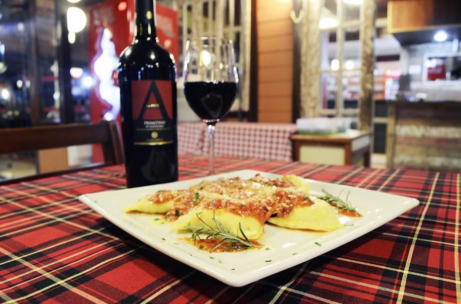 Massa artesanal feita com Ravioli, com recheio de carneiro e molho com ervas do restaurante Aglio & Olio, em Penedo