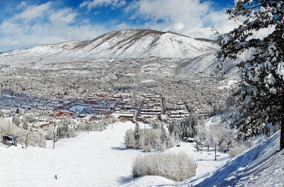 Vista geral da região de Aspen. O inverno é a melhor estação para visitá-las devido aos esportes. No entanto, a região também oferece boas opções para quem a visita em outras estações