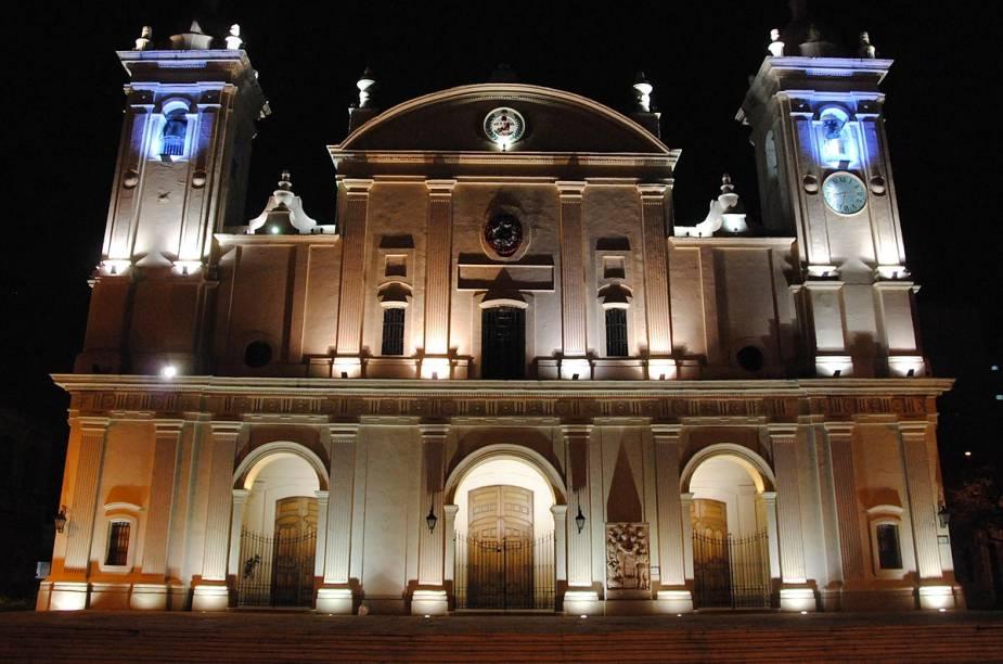 Fachada da Catedral de Asunción à noite
