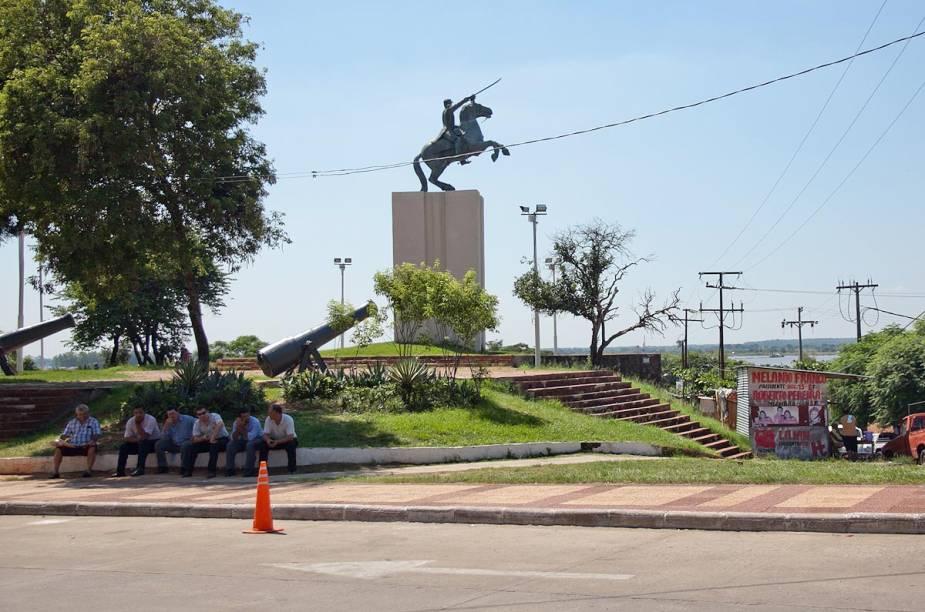 Vários monumentos ficam próximos às margens do Rio Paraguay