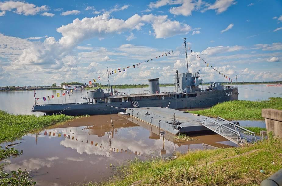 No Rio Paraguay é possível ver embarcações de todos os tipos - inclusive militares