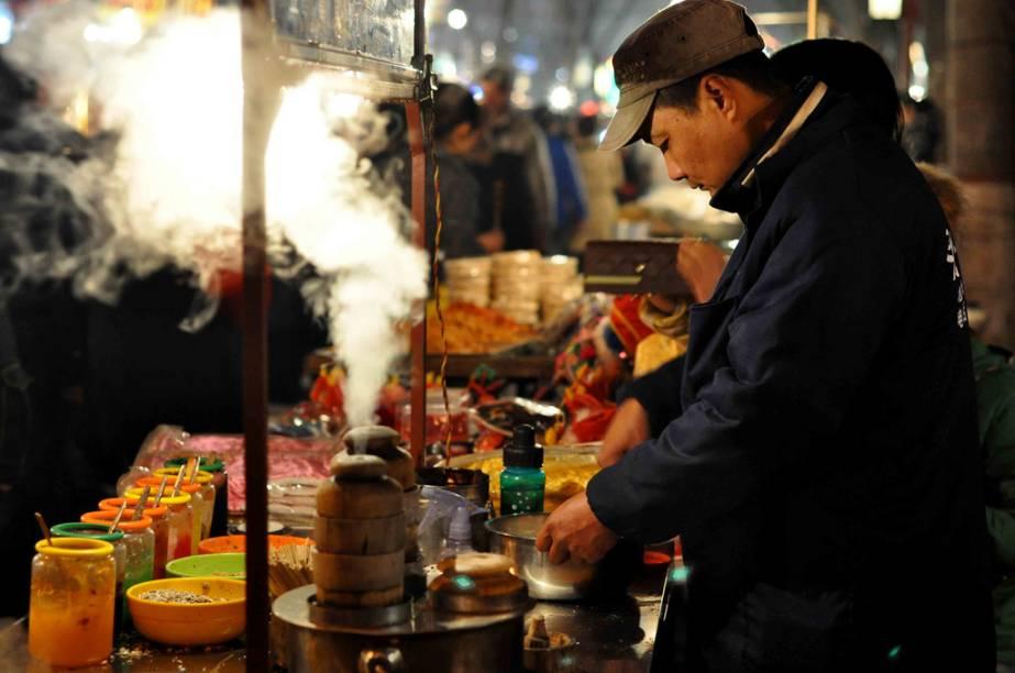 """<strong>Xi'an, China</strong>Primeiro chegaram as rotas comerciais, depois as praças de mercado, que então se transformavam em cidades. Poderosas cidades. Entrepostos mercantis como <a href=""""http://viajeaqui.abril.com.br/cidades/jordania-petra"""" rel=""""Petra"""" target=""""_blank"""">Petra</a>, na <a href=""""http://viajeaqui.abril.com.br/paises/jordania"""" rel=""""Jordânia"""" target=""""_blank"""">Jordânia</a>, ou Timbuktu, no Mali, são só alguns exemplos de culturas que prosperam com a passagem das preciosas caravanas em estradas históricas. No entanto, nenhum desses caminhos foi tão célebre quanto a Rota da Seda. Da <a href=""""http://viajeaqui.abril.com.br/paises/china"""" rel=""""China """" target=""""_blank"""">China </a>ao leste do Mediterrâneo, esta via dupla permitiu uma incessante troca de conhecimentos, produtos e ideias. Todas as cidades ao longo da rota, como Damasco, Samarkand e Kashgar, possuem elementos referentes a esse intenso período, assim como Xi'an, na China. Mais conhecida por sua bem conservada muralha e o bárbaro Exército de Terracota, a cidade no extremo leste da Rota possui um interessante mercado no bairro muçulmano, com produtos variados, comida de rua, chás e, sim, peças em seda"""