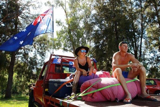 Casal em Sydney prepara as malas para curtir o feriadão em um festival de música perto da cidade (foto: Getty Images)