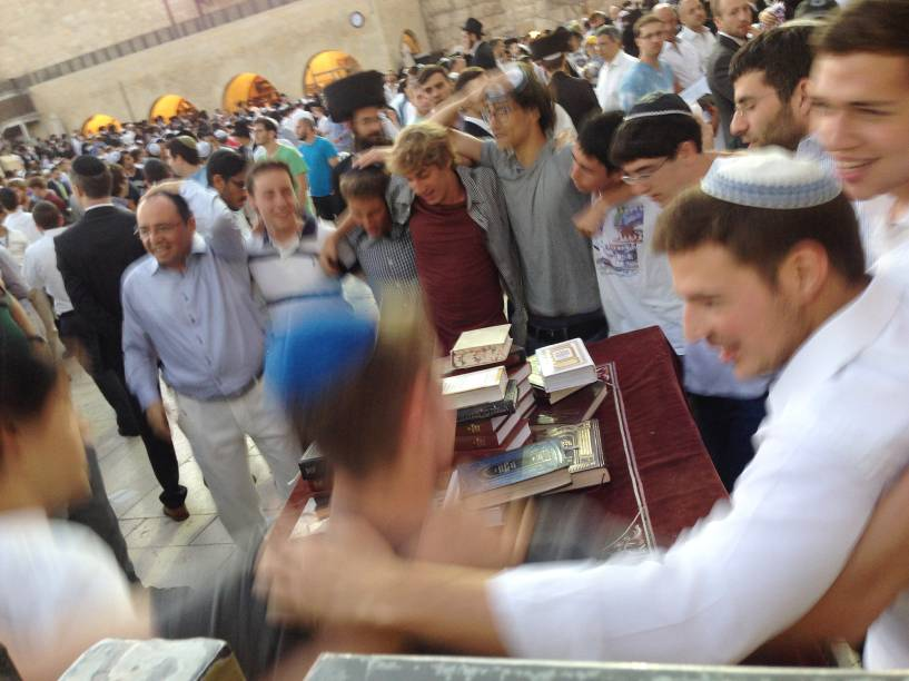 A chegada do Shabbat é motivo de comemoração no Muro das Lamentações, em Jerusalém