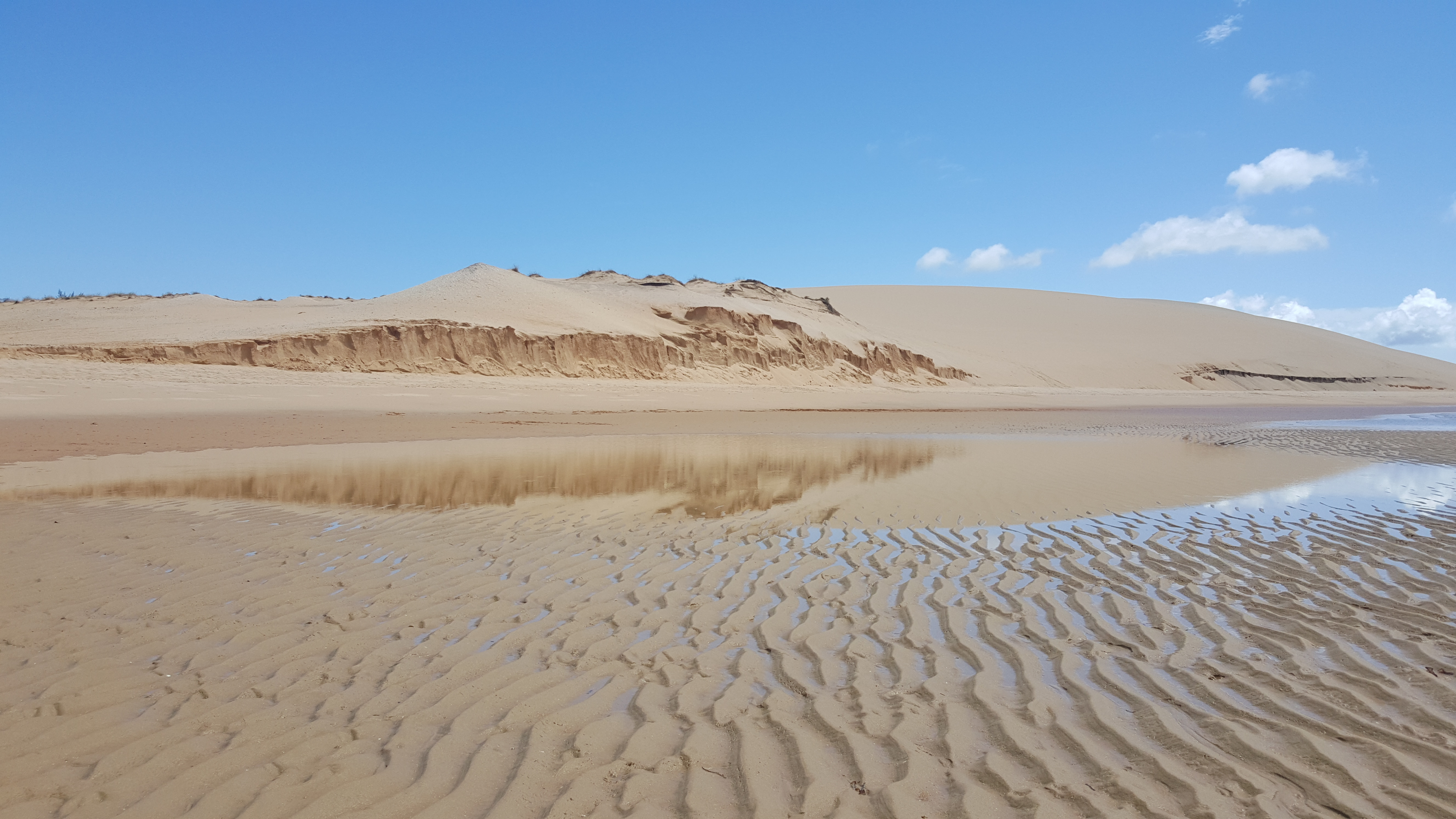 O espetacular efeito da duna refletindo na água