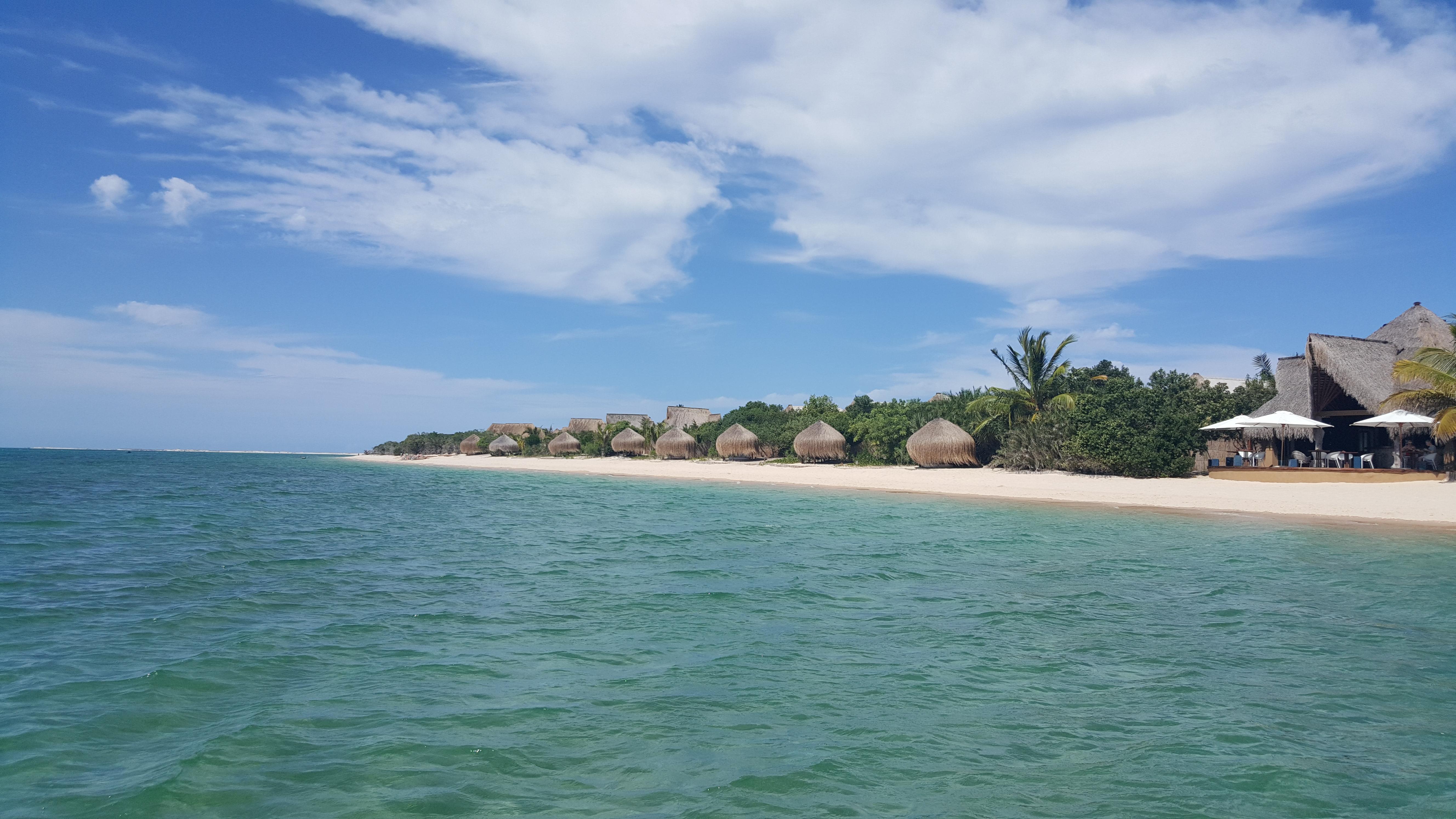 O hotel visto do mar: discretíssimo e respeitoso com o cenário
