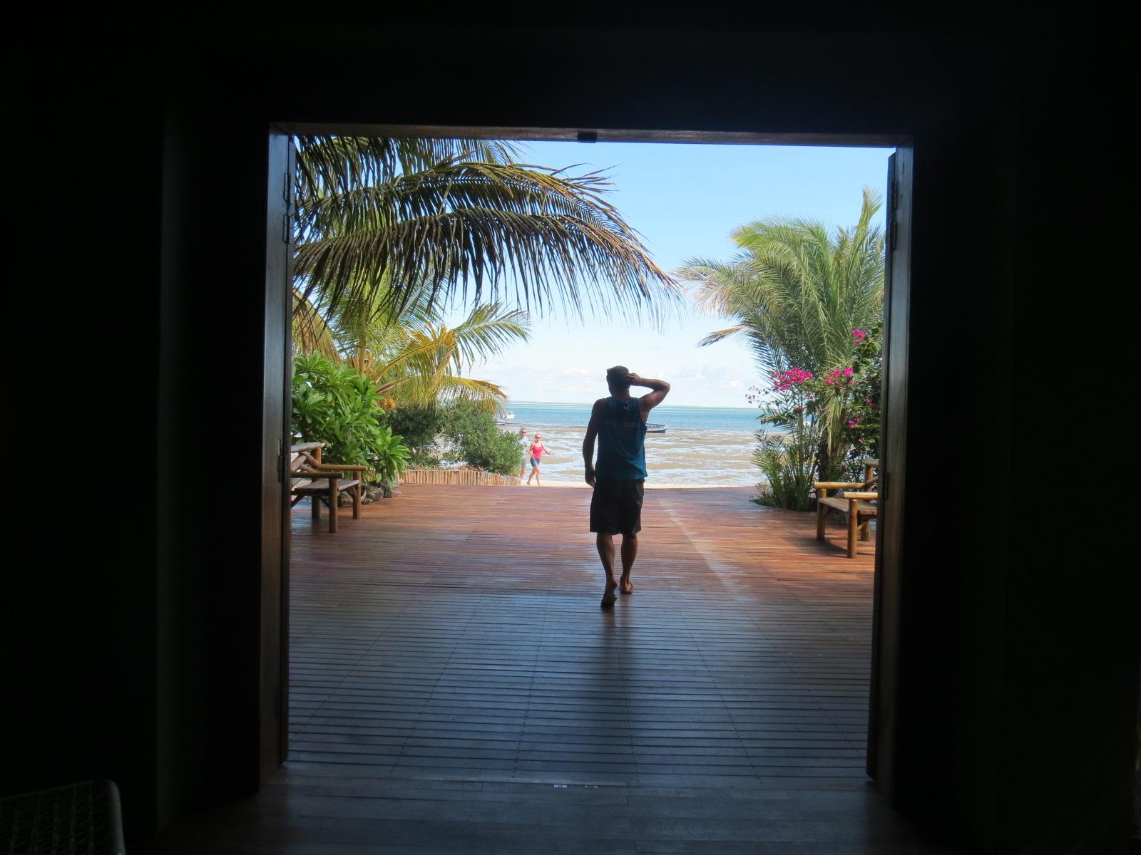 Na recepção do hotel, a porta que emoldura o Índico