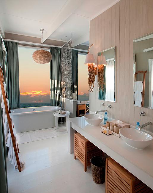 O banheiro da suíte: sente a vista da banheira!