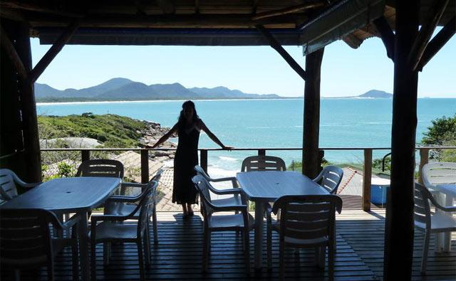 O hostel tem café-da-manhã e bar com vista para a praia