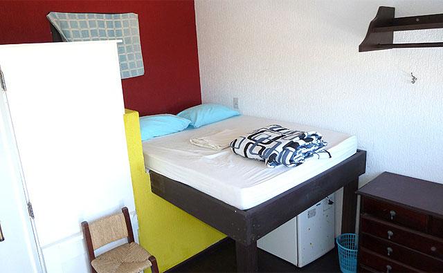 Um dos quartos privativos do hostel