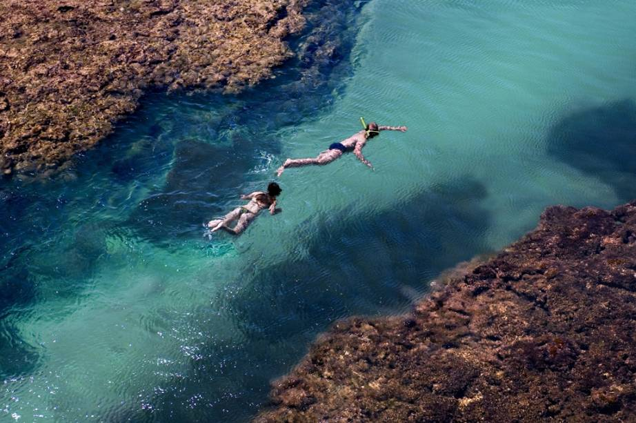 Turistas nadando em piscina natural na praia de Taipú de Fora, Barra Grande (BA)