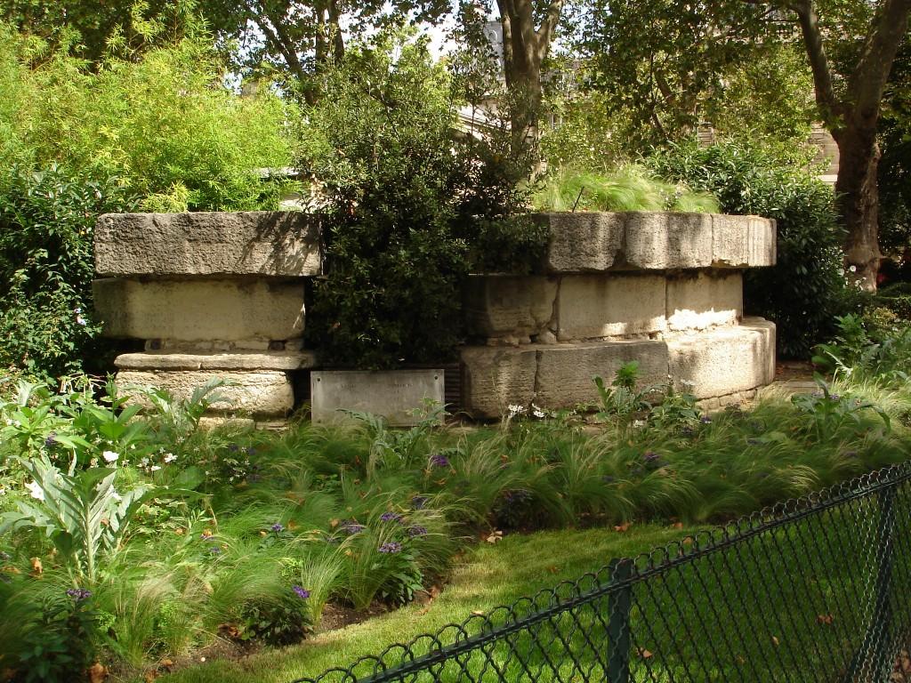 Ruínas que constituíam a base do prédio da Bastilha (foto: Wikimedia)