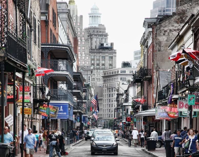 A longa Bourbon Street possui diversos hotéis, restaurantes e clubes de jazz