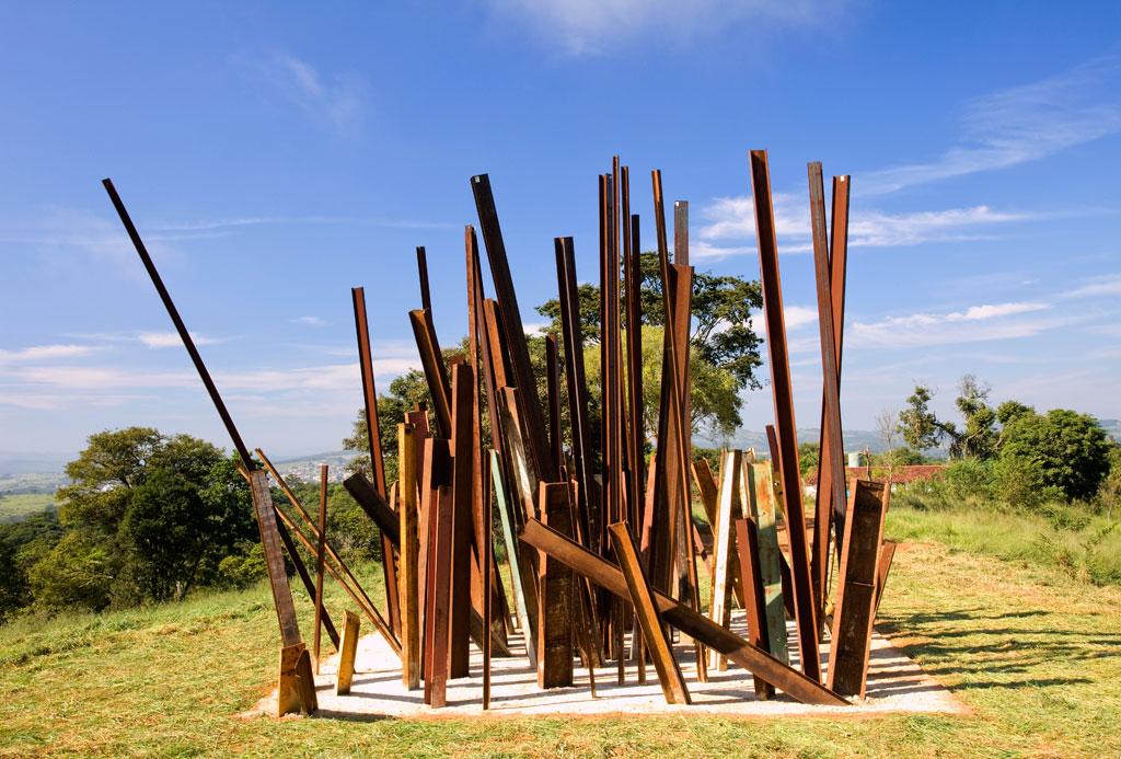 Obra Beam Drop, de Chris Burden, em Inhotim, Brumadinho (MG)