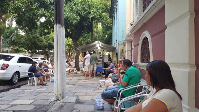 Todo mundo sentadinho na calçada na hora do tacacá, o chá das cinco de Belém