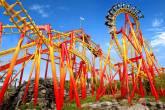 """Montanha russa invertida """"Fire Whip"""" ou """"Chicote de Fogo"""", no parque Beto Carrero World, em Penha (SC)"""