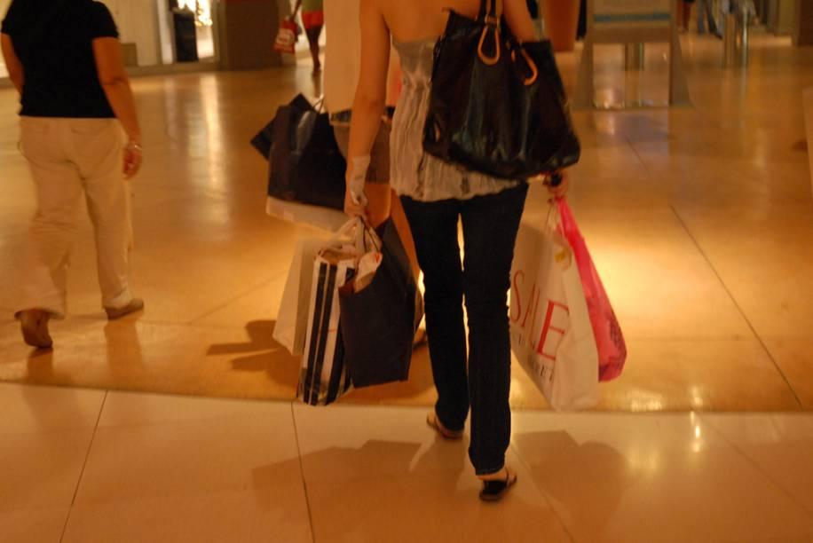 A oito quilômetros do aeroporto de Miami, o shopping de descontos Dolphin Mall tem 240 lojas, um centro de entretenimento e um cinema