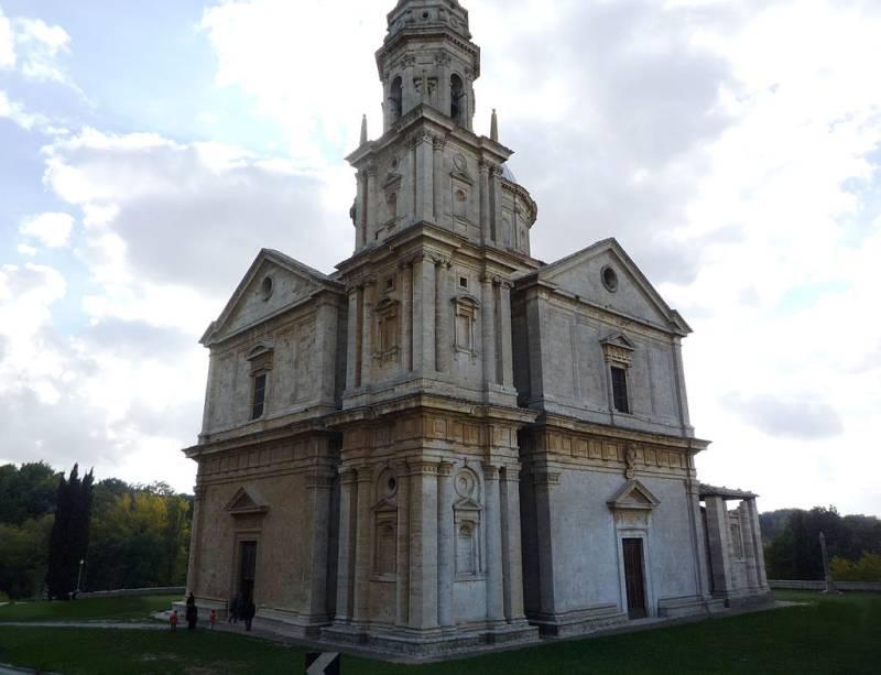 """A igreja Di San Biagio é um exemplo de arquitetura renascentista clássica, cuja planta é o plano centralizado – também conhecido como a """"cruz grega"""""""