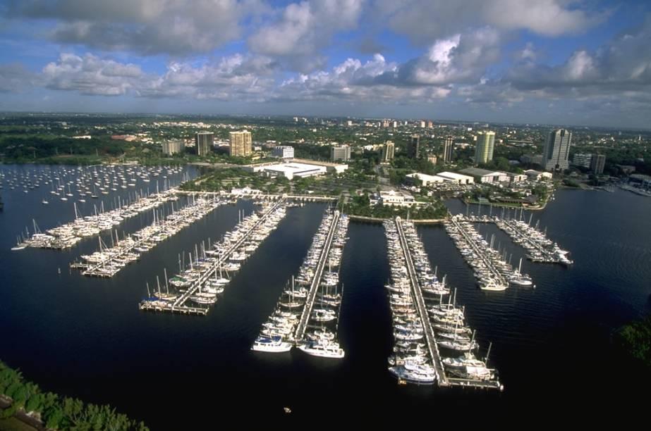 Das marinas de Miami saem a todo momento barcos cheios de turistas para passeios pela costa da cidade