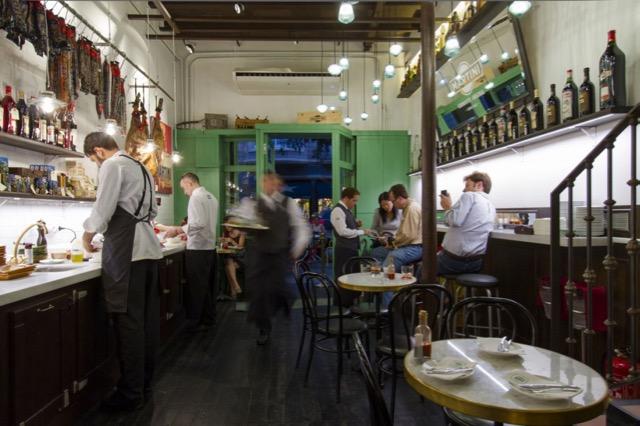 A sala onde dá pra ver o preparo dos pratos frios (eu sentei nessa mesinha da direita)