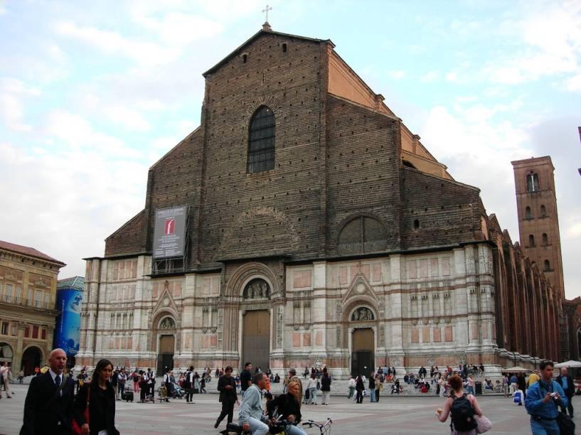 """<a href=""""http://viajeaqui.abril.com.br/estabelecimentos/italia-bolonha-atracao-igrejas"""" rel=""""San Petronio"""" target=""""_blank"""">San Petronio</a>, iniciada em 1390, foi projetada para ser uma das maiores igrejas de Itália, mas nunca foi terminada. Seu interior, porém, é de grande beleza"""