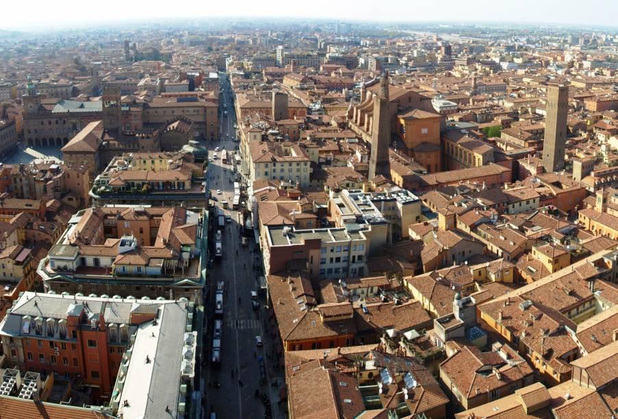 """Vista do centro de Bolonha a partir das <a href=""""http://viajeaqui.abril.com.br/estabelecimentos/italia-bolonha-atracao-le-due-torri"""" rel=""""torres-símbolo da cidade"""" target=""""_blank"""">torres-símbolo da cidade</a>"""