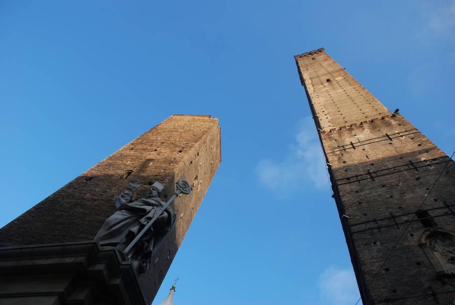"""<a href=""""http://viajeaqui.abril.com.br/estabelecimentos/italia-bolonha-atracao-le-due-torri"""" rel=""""Torres Asinelli e Garisenda"""" target=""""_blank"""">Torres Asinelli e Garisenda</a>, construídas no século 12 por importantes famílias bolonhesas, hoje servem como símbolo da cidade"""