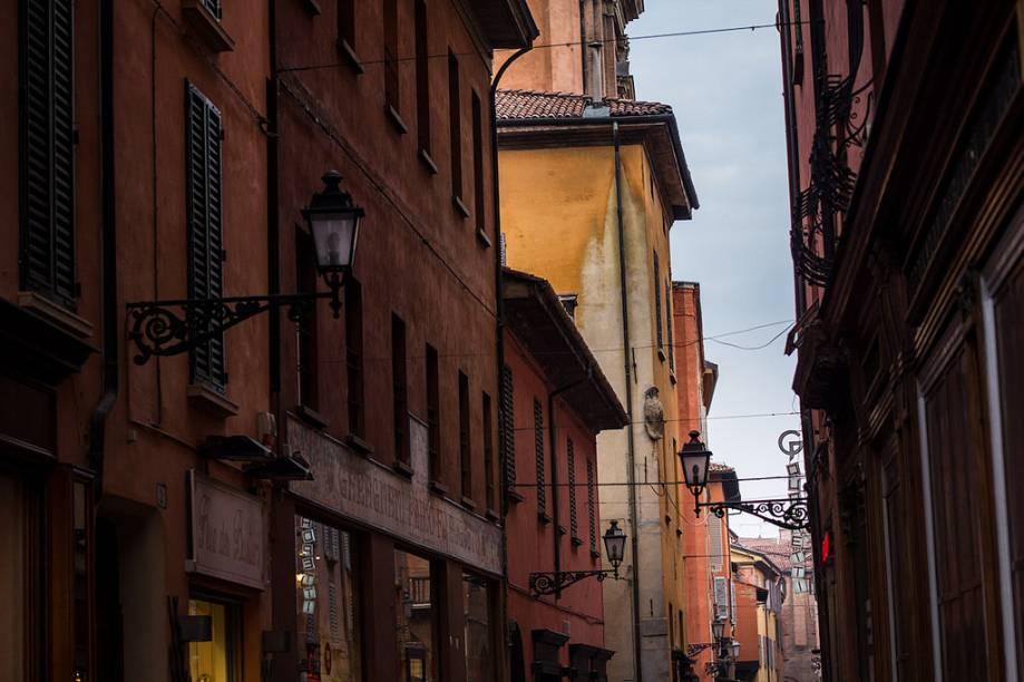"""Ruas do centro histórico de <a href=""""http://viajeaqui.abril.com.br/cidades/italia-bolonha"""" rel=""""Bolonha"""" target=""""_blank"""">Bolonha</a>, na <a href=""""http://viajeaqui.abril.com.br/paises/italia"""" rel=""""Itália"""" target=""""_blank"""">Itália</a>"""