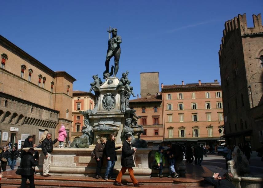 """A Fonte de Netuno, na <a href=""""http://viajeaqui.abril.com.br/estabelecimentos/italia-bolonha-atracao-piazza-maggiore"""" rel=""""Piazza Magiore"""" target=""""_blank"""">Piazza Maggiore</a>, onde também fica a igreja de São Petronio, é uma das atrações imperdíveis - e mais visitadas - de Bolonha"""