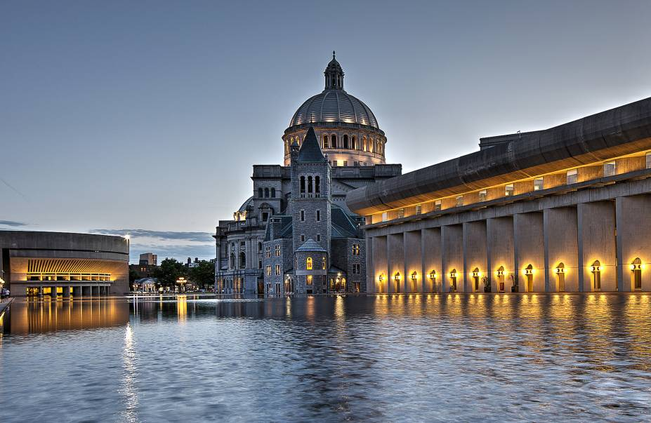 Praça Christian Science, onde localiza-se a bela igreja homônima - um dos principais pontos turísticos da cidade