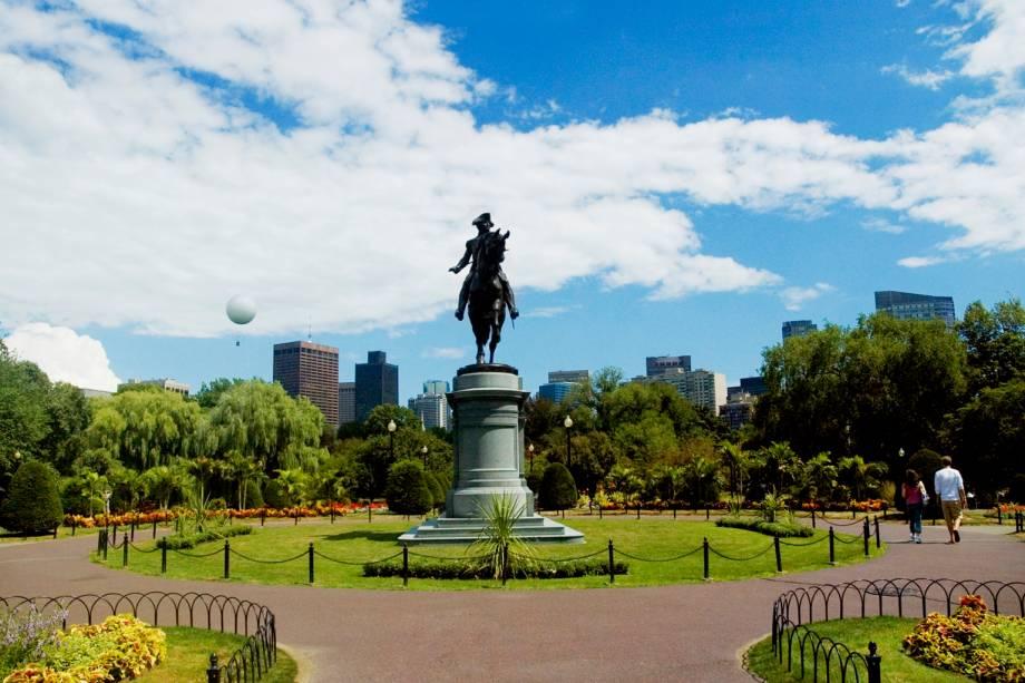 """Para conhecer os pontos históricos de Boston, basta caminhar os quatro quilômetros da <a href=""""http://www.thefreedomtrail.org/"""" rel=""""Freedom Trail"""" target=""""_blank"""">Freedom Trail</a>, uma trilha que passa por dezesseis locais onde se desenvolveu parte da história da cidade."""