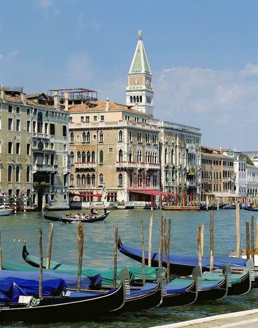 Il Palazzo visto do outro lado do Gran Canal (lá no fundo, com toldo vermelho)
