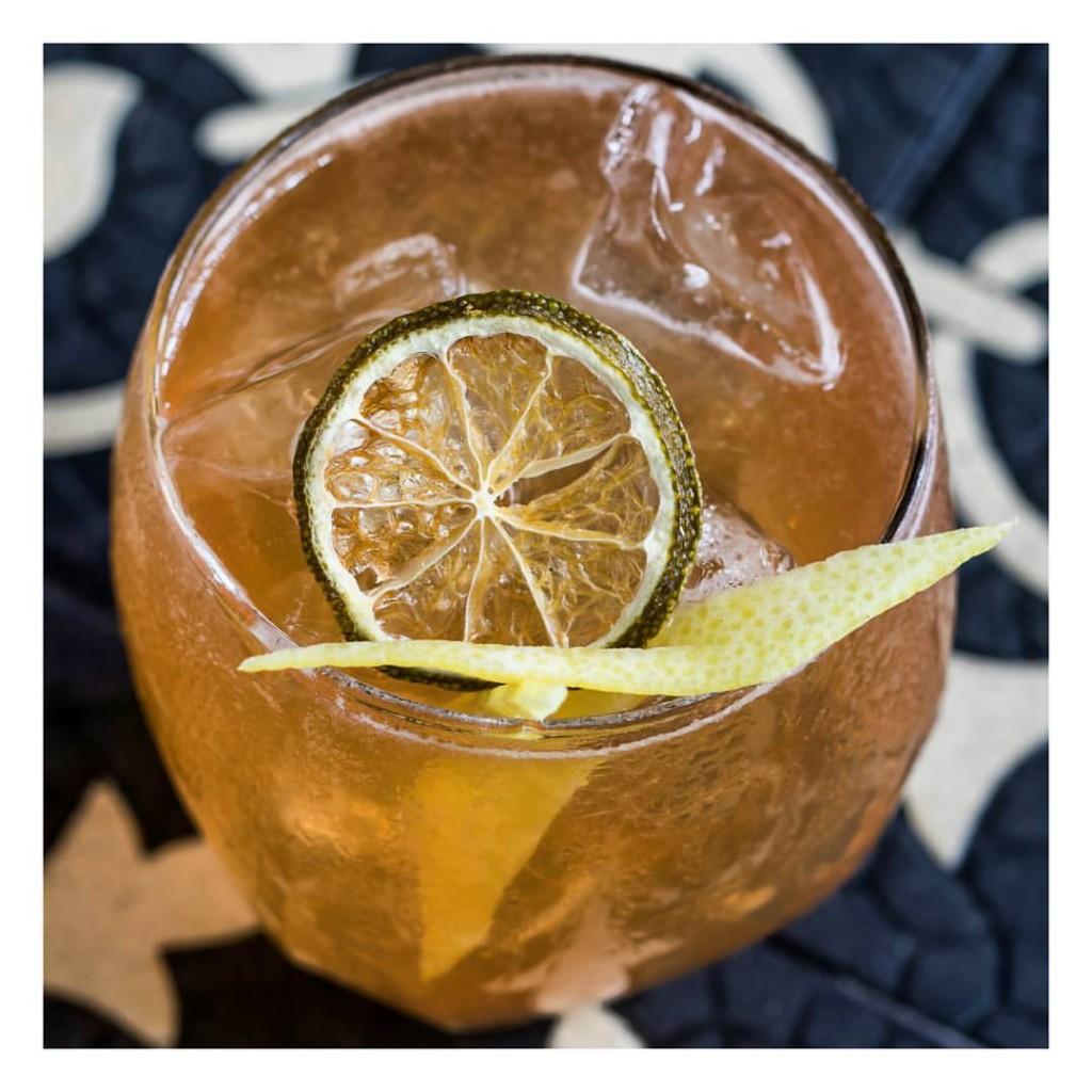 No Astor, brandy, rum cubano, Apricot brandy, Angostura bitter, limão e clube soda / Dívulgação