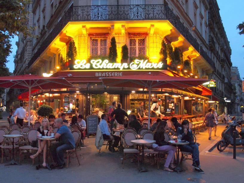 Não confunda café com brasserie. As brasseries são uma espécie de restaurante mais informal, onde além de servirem pratos básicos e mais simples como omelete e croque-monsieur, também são procuradas para se tomar cerveja, principalmente na hora do happy hour. A uns 15 minutos de caminhada da torre está a Avenue de la Motte Piquet, onde o que não faltam são brasseries para escolher a dedo um lugar para tomar cerveja e apreciar um croque-monsieur com batata frita.