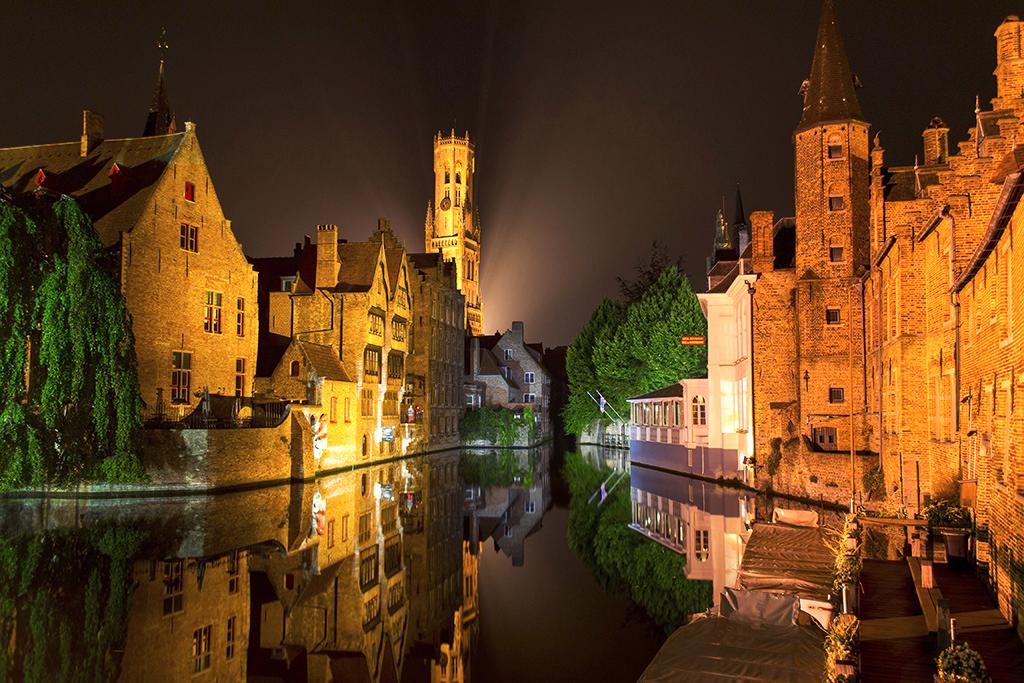Se durante o dia Bruges já é um charme, a noite ela fica ainda mais espetacular. As luzes se acendem, iluminando os canais e monumentos próximos ao centro e revelando uma cidade que parece ser cenográfica de tão bela. O local mais fotografado é o Dijver Canal, bem pertinho do Grote Markt. Vá equipado com um tripé e configure sua câmera para longa exposição, assim você captura melhor as luzes e a água fica parecendo um espelho (foto e texto: Andy Spinelli)