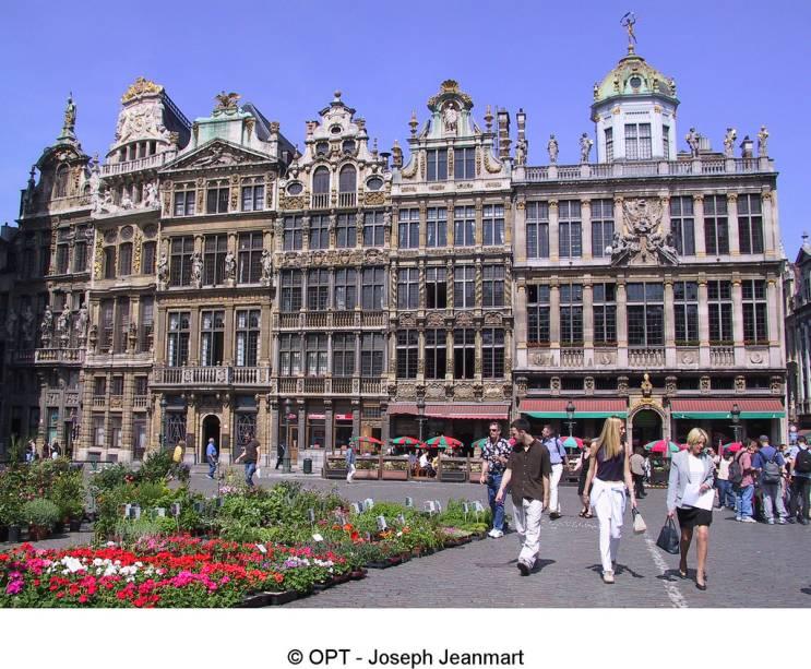 As poderosas guildas comerciais belgas mantinham suas sedes na Grand Place de Bruxelas. Elas seriam fechadas no século 18 e suas belas casas entrariam em acelerado processo de deterioração até voltarem a ser restauradas décadas mais tarde