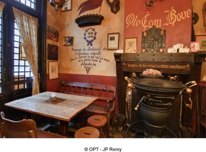 Um dos endereços favoritos de artistas e intelectuais em Bruxelas, esse pequeno bar possui uma atmosfera curiosa e aconchegante
