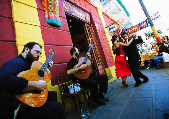 """Casal dança tango no tradicional reduto de La Boca, em <a href=""""http://viajeaqui.abril.com.br/cidades/ar-buenos-aires"""" rel=""""Buenos Aires"""">Buenos Aires</a>, na <a href=""""http://viajeaqui.abril.com.br/paises/argentina"""" rel=""""Argentina"""">Argentina</a>"""