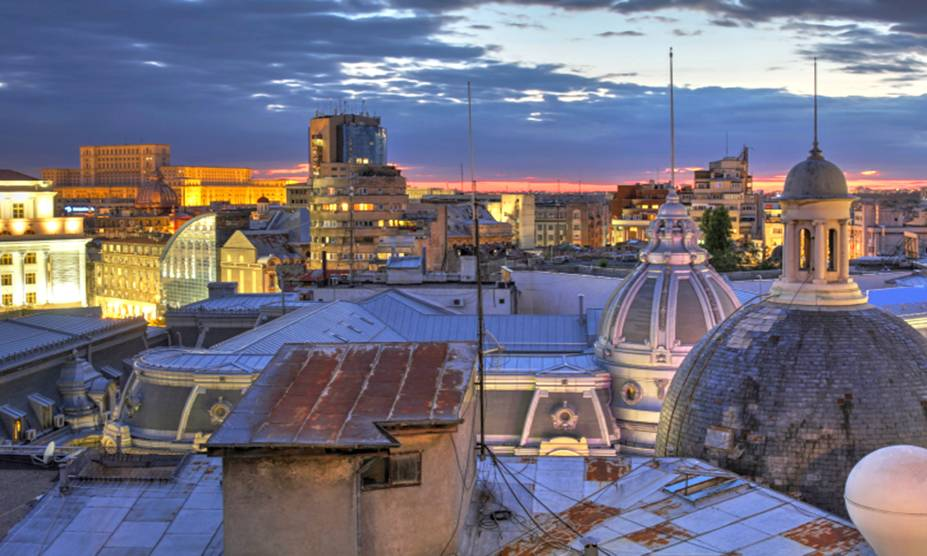 Vista do horizonte de Bucareste, na Romênia, mostra os telhados abobadados de igrejas ortodoxas dos séculos 17 e 18, em meio aos prédios construídos durante o governo comunista do século 20