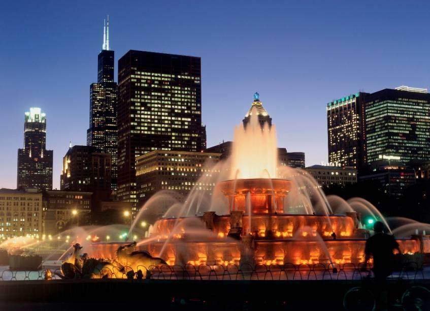 A Buckingham Fountain ao anoitecer de Chicago. Localizada no Grant Park, ela é considerada uma das maiores fontes do mundo