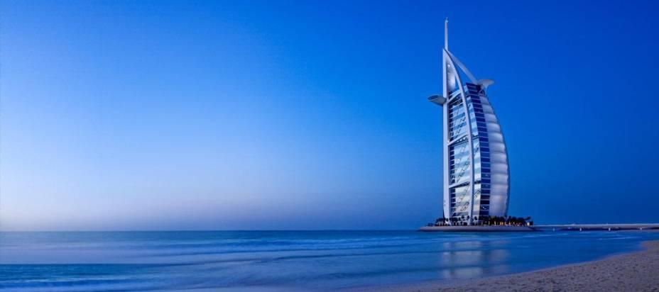 """Hotel Burj Al Arab, com <a href=""""http://viajeaqui.abril.com.br/cidades/emirados-arabes-unidos-dubai"""" rel=""""Dubai"""" target=""""_blank"""">Dubai</a> ao fundo"""