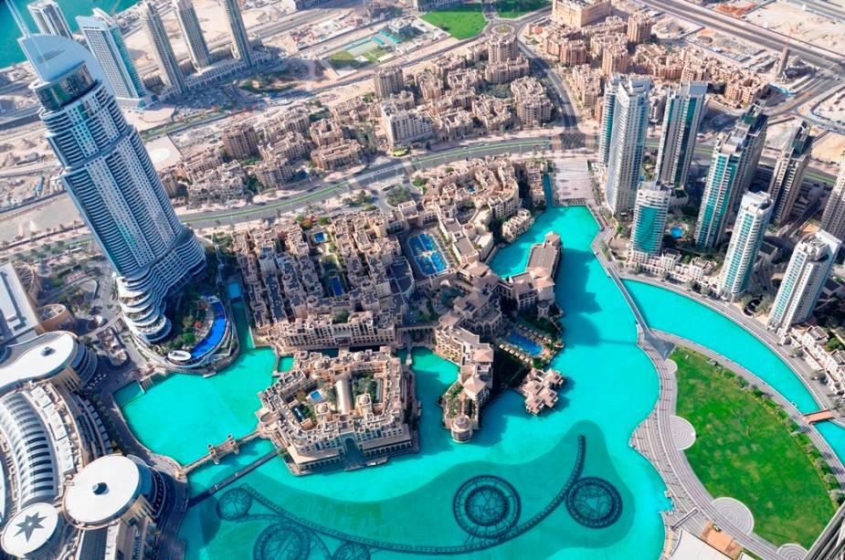 Vista a partir do observatório At the Top do Burj Khalifa, com o espelho dágua e os tubos da Dubai Fountain na parte debaixo da foto