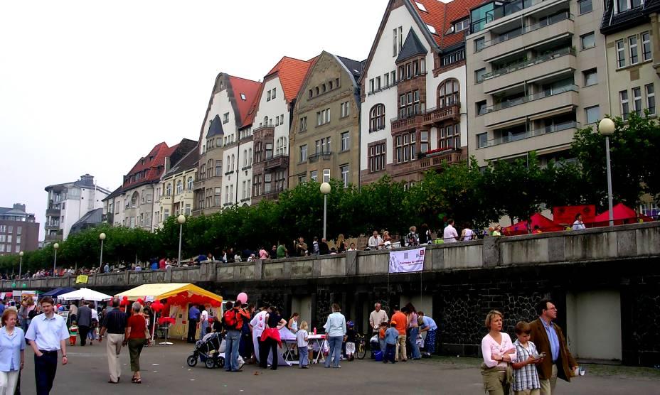 As ruas agitadas de Düsseldorf, na Alemanha, são propensas ao comércio