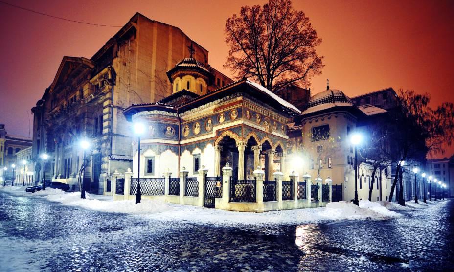 """A Basílica Stavropoleos, em Bucareste, é uma igreja ortodoxa que marca o cenário do Centro da cidade. Seu nome é uma variação da palavra grega<em>Stauropolis,</em>que siginifica """"Cidade da Cruz"""". A igreja está na lista das construções históricas mais importantes da Romênia."""