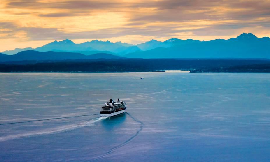 Vista da Olympic Range a partir da baía de Seattle, EUA
